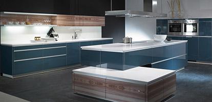 Moderne Küche in smaragdblau mit Glasfronten