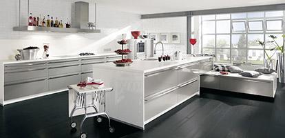 Hochglänzende Küche mit modernem Metallic-Effekt