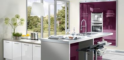 Küche mit Lackfronten und integriertem Kaffeevollautomat